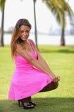 Mujer atractiva en un vestido rosado Foto de archivo