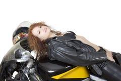Mujer atractiva en una bici Fotografía de archivo libre de regalías