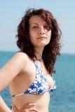 Mujer atractiva en una playa Imagen de archivo libre de regalías