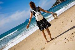 Mujer atractiva en una playa en el día asoleado Imagen de archivo