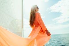 Mujer atractiva en vacaciones de la travesía del mar del yate del pareo del traje de baño Imágenes de archivo libres de regalías