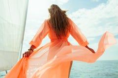 Mujer atractiva en vacaciones de la travesía del mar del yate del pareo del traje de baño Imagen de archivo libre de regalías