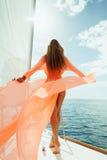 Mujer atractiva en vacaciones de la travesía del mar del yate del pareo del traje de baño Fotos de archivo libres de regalías