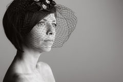 Mujer atractiva en velo negro Fotos de archivo