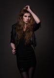 Mujer atractiva en vestido negro y la chaqueta de cuero imágenes de archivo libres de regalías