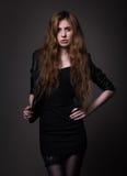 Mujer atractiva en vestido negro y la chaqueta de cuero fotografía de archivo libre de regalías