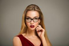 Mujer atractiva en vestido y vidrios rojos Fotos de archivo libres de regalías