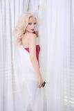 Mujer atractiva envuelta en cortinas Imagen de archivo libre de regalías