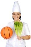 Mujer atractiva feliz del cocinero con la bola del baloncesto Fotos de archivo