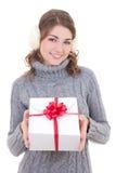Mujer atractiva feliz en suéter de lana y manguitos que sostienen el regalo Imagen de archivo libre de regalías