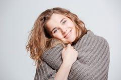 Mujer atractiva feliz que mira la cámara Fotografía de archivo