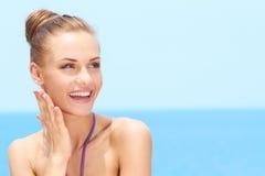 Mujer atractiva feliz que mira su lado superior izquierdo Imagen de archivo