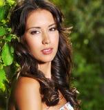 Mujer atractiva hermosa al aire libre imagen de archivo libre de regalías