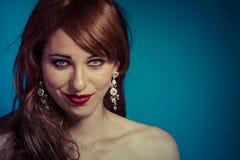 Mujer atractiva hermosa con el pelo brillante rojo largo elegante foto de archivo libre de regalías