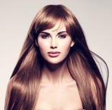Mujer atractiva hermosa con el pelo largo Imagenes de archivo