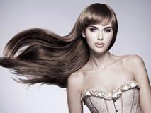 Mujer atractiva hermosa con el pelo largo Imagen de archivo