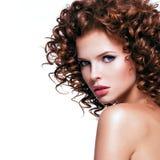 Mujer atractiva hermosa con el pelo rizado moreno Imagen de archivo libre de regalías