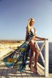 Mujer atractiva hermosa con el pelo rubio en traje de natación lujoso imágenes de archivo libres de regalías