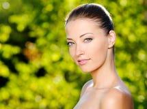 Mujer atractiva hermosa con la piel sana de la cara fotografía de archivo