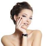 Mujer atractiva hermosa con los clavos negros Imágenes de archivo libres de regalías