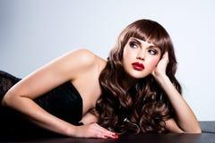 Mujer atractiva hermosa con los clavos y los labios rojos Foto de archivo