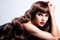 Mujer atractiva hermosa con los clavos y los labios rojos Imagenes de archivo