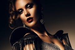 Mujer atractiva hermosa con los labios rojos Imágenes de archivo libres de regalías