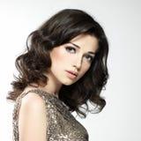 Mujer atractiva hermosa con los pelos rizados del broun Imagenes de archivo