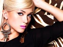 Mujer atractiva hermosa con maquillaje de la moda en cara Imagenes de archivo