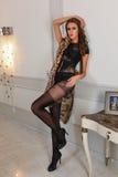 Mujer atractiva hermosa con una figura curvy y piernas largas que presentan en mono negro de la ropa interior Imágenes de archivo libres de regalías