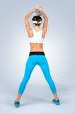 Mujer atractiva hermosa de la aptitud del deporte que hace ejercicio del entrenamiento con d foto de archivo libre de regalías
