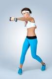 Mujer atractiva hermosa de la aptitud del deporte que hace ejercicio del entrenamiento con d fotos de archivo libres de regalías