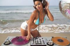 Mujer atractiva hermosa DJ en la playa Foto de archivo libre de regalías