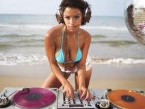 Mujer atractiva hermosa DJ en la playa Fotografía de archivo