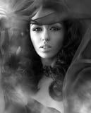Mujer atractiva hermosa en clubs de un humo Foto de archivo libre de regalías