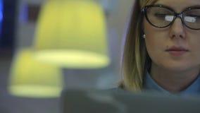 Mujer atractiva hermosa en el café con a almacen de video