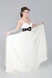 Mujer atractiva hermosa en el vestido blanco Foto de archivo libre de regalías