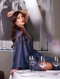 Mujer atractiva hermosa en el vestido de noche largo azul de la seda imágenes de archivo libres de regalías