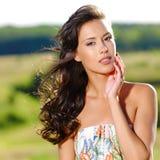 Mujer atractiva hermosa en la naturaleza fotografía de archivo