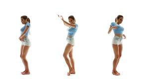 Mujer atractiva hermosa en los pantalones cortos y baile y música que escucha, sistema de la camiseta del collage almacen de metraje de vídeo