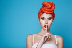 Mujer atractiva hermosa en maquillaje perfecto de la forma del cuerpo de la ropa interior Imagen de archivo