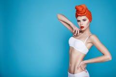 Mujer atractiva hermosa en maquillaje perfecto de la forma del cuerpo de la ropa interior Imágenes de archivo libres de regalías