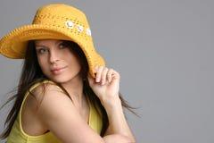 Mujer atractiva hermosa en sombrero amarillo Fotos de archivo libres de regalías