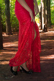 Mujer atractiva hermosa en un vestido y un negro rojos imagen de archivo libre de regalías