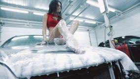 Mujer atractiva hermosa en una espuma que presenta en la capilla del coche almacen de video