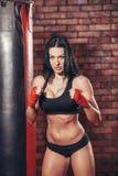 Mujer atractiva hermosa joven del boxeador con el boxeo rojo Fotos de archivo libres de regalías