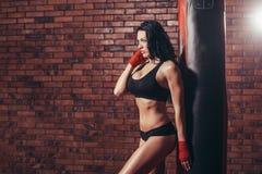 Mujer atractiva hermosa joven del boxeador con el boxeo rojo Fotografía de archivo libre de regalías