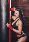 Mujer atractiva hermosa joven del boxeador con el boxeo rojo Foto de archivo libre de regalías