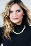 Mujer atractiva hermosa joven del rubio-brunette en el blanco Fotografía de archivo libre de regalías