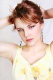 Mujer atractiva hermosa joven en el blanco Foto de archivo
